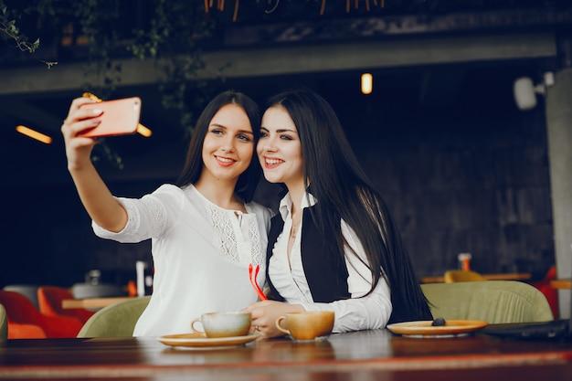 Twee luxe meisjes zitten in een restaurant