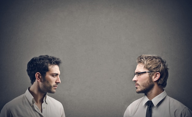 Twee man van aangezicht tot aangezicht