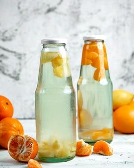 Twee mandarijncompots in de fles