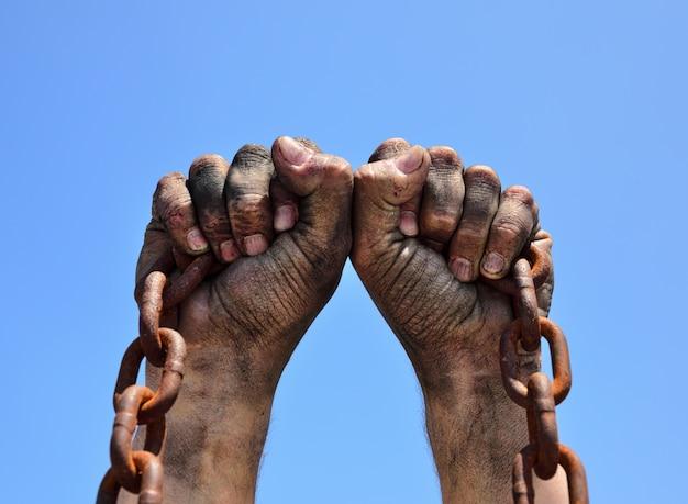 Twee mannelijke handen worden omhoog gebracht