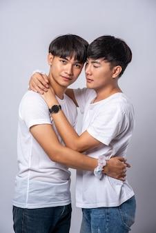 Twee mannen die van elkaar houden omhelzen elkaar vrolijk.
