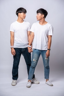 Twee mannen die van elkaar houden, staan hand in hand.
