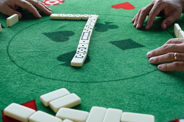 Twee mannen in een dominospel klaar om het volgende stuk op te zetten.