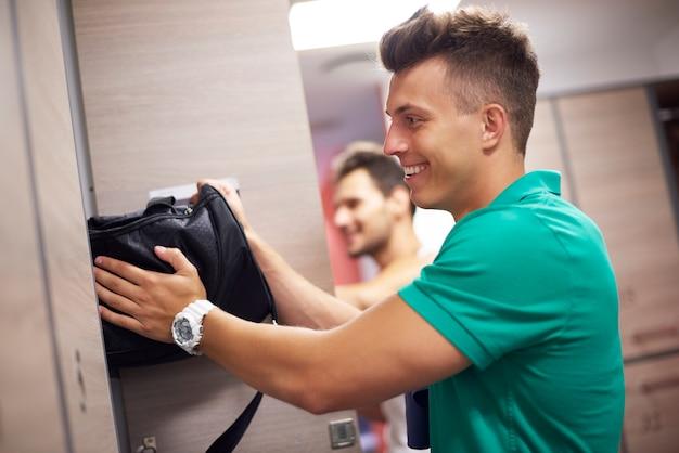 Twee mannen in kleedkamer op sportschool