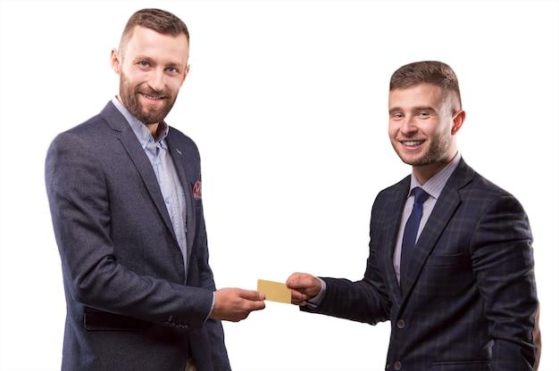 Twee mannen met de kaart in de handen van