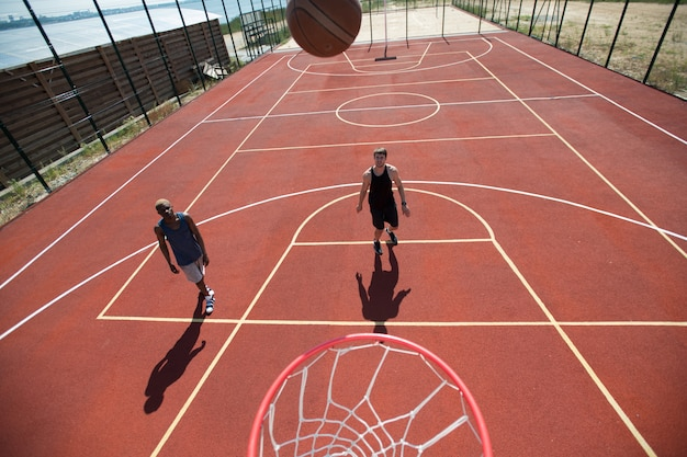 Twee mannen op basketbalveld