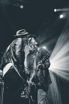 Twee mannen zingen op het podium