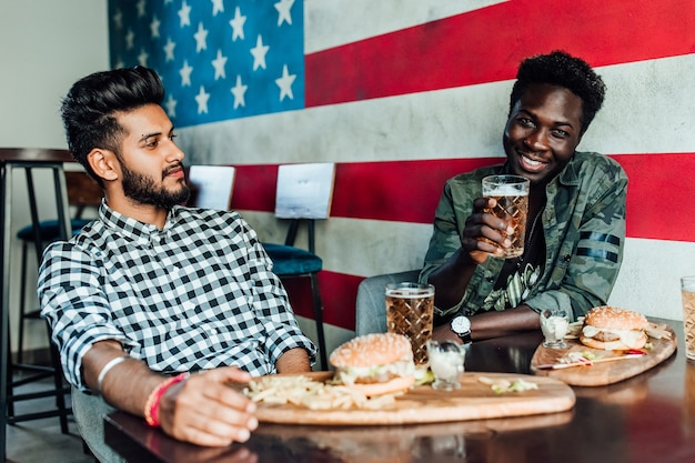 Twee mannen zitten samen in een bar of restaurantlounge
