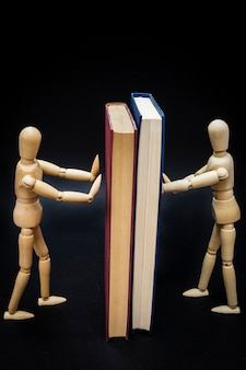 Twee mannequins houden twee boeken