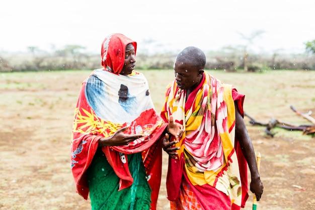 Twee massai-mannen lopen samen