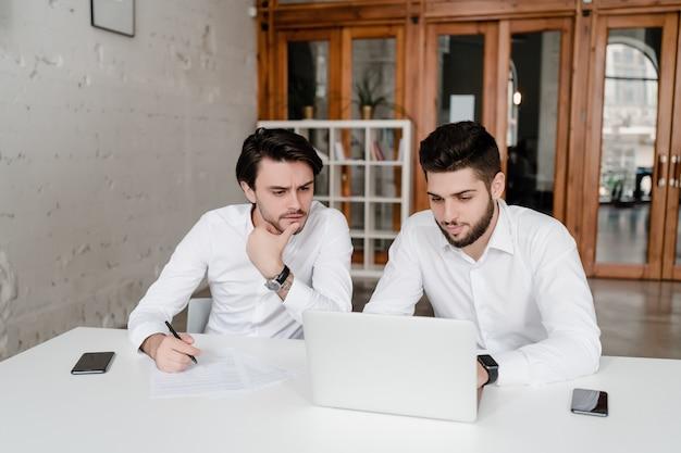 Twee medewerkers bespreken zaken op kantoor