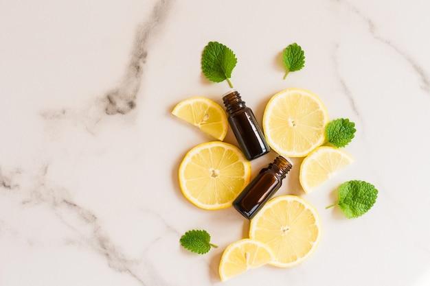 Twee medische flessen met een druppelaar, citus etherische olie, natuurlijke cosmetica, geneeskunde. bovenaanzicht.