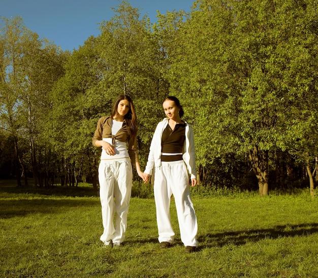 Twee meisje springen in park