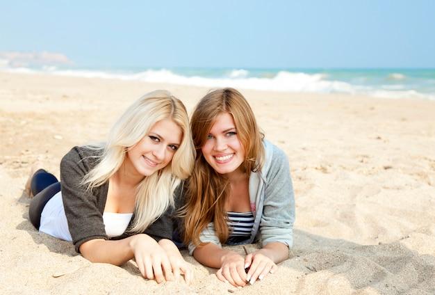 Twee meisjes bij openlucht dichtbijgelegen overzees