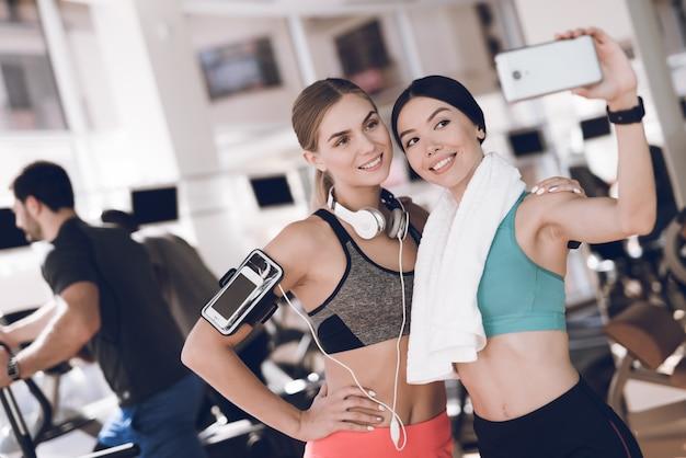 Twee meisjes communiceren tussen sessies en doen selfies.