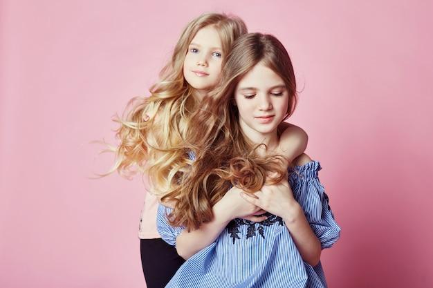 Twee meisjes de heldere zomer ziet mooie kleren eruit