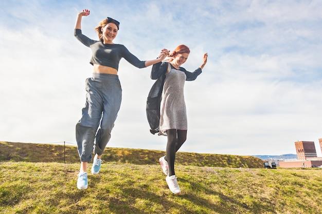 Twee meisjes die een heuvel in oslo reduceren.