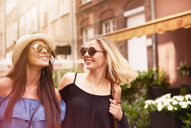 Twee meisjes die tijd doorbrengen in de stad