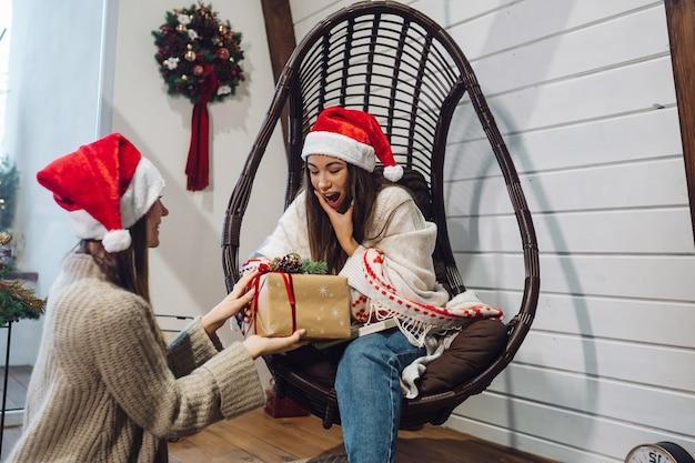 Twee meisjes geven elkaar cadeautjes op oudejaarsavond