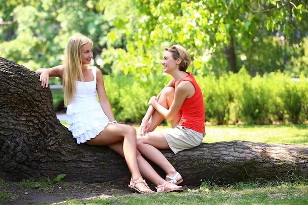 Twee meisjes hebben plezier in het park