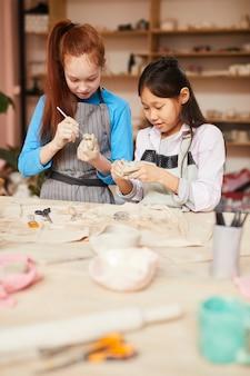 Twee meisjes in de pottenbakkerij