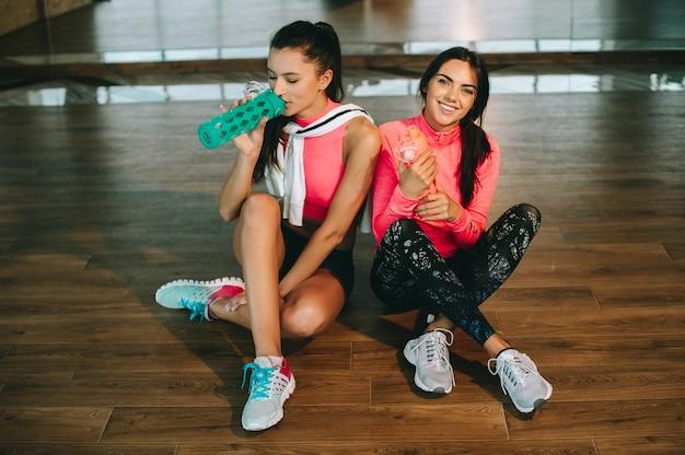 Twee meisjes in de sportschool