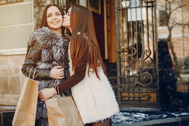 Twee meisjes in een stad