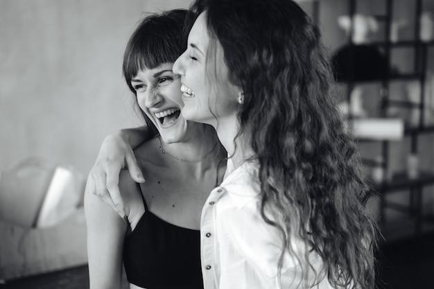 Twee meisjes in elkaars teder omhelst