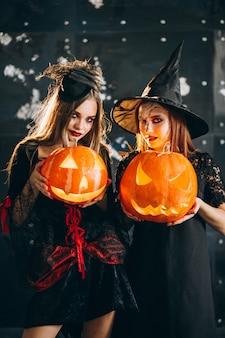 Twee meisjes in halloween-kostuums