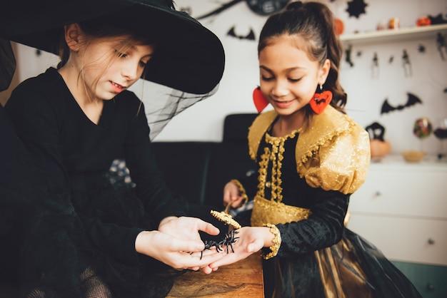 Twee meisjes in kostuums
