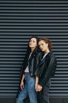 Twee meisjes in leren jassen poseren