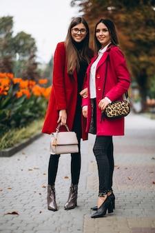 Twee meisjes in rode jassenmodellen