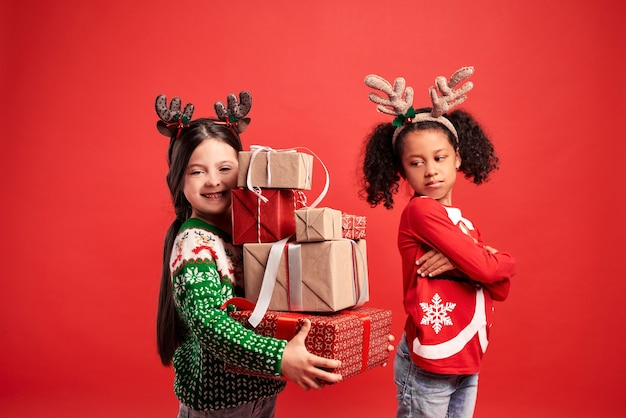 Twee meisjes in verschillende stemmingen met kerstmis