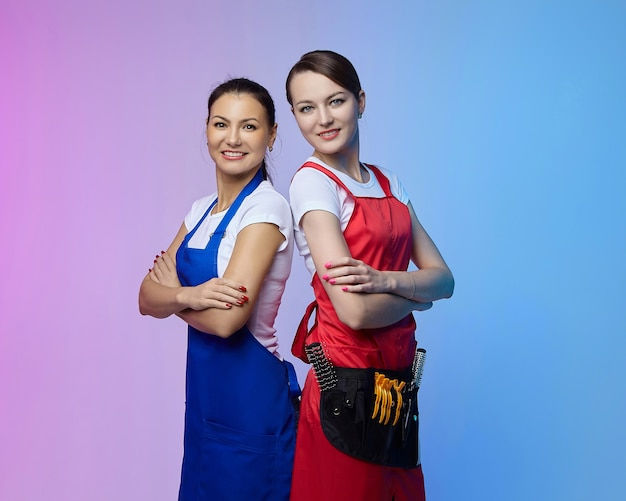 Twee meisjes-kappers in de studio. aziatische en blanke uitstraling.