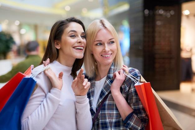 Twee meisjes kijken naar grote winkeldisplay