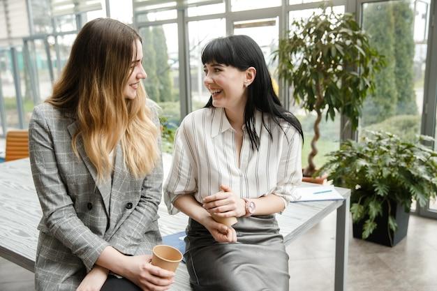 Twee meisjes lachen samen