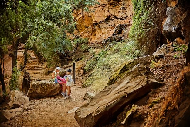 Twee meisjes lopen in het herfstbos.