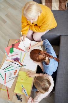 Twee meisjes maken handgemaakte kaarten