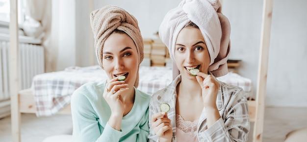 Twee meisjes maken zelfgemaakte gezichtsmaskers en haarmaskers
