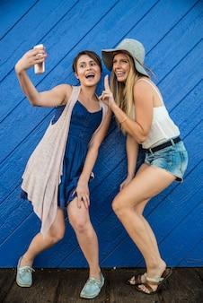 Twee meisjes nemen selfie