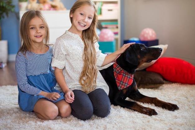 Twee meisjes poseren met hun geliefde huisdier
