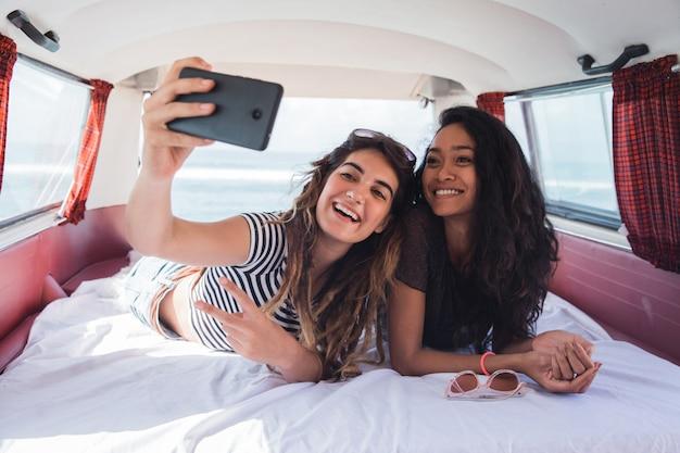 Twee meisjes selfie met glimlach bepalen