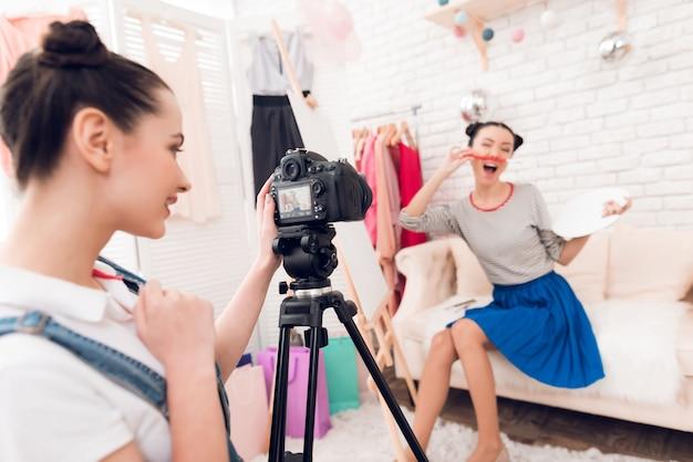Twee meisjes van manierblogger steunen borstel.