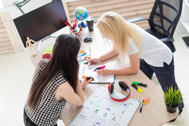 Twee meisjes werken op kantoor.