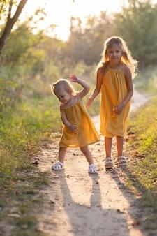 Twee meisjes, zeven jaar oud en één leeftijd, buiten