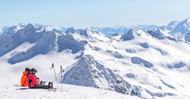 Twee meisjes zitten hoog in de bergen