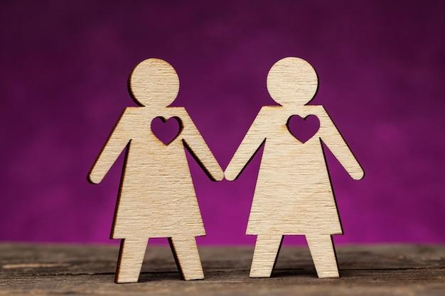 Twee meisjesfiguren houden elkaars hand vast