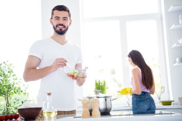Twee mensen blijven thuis keuken koken samen