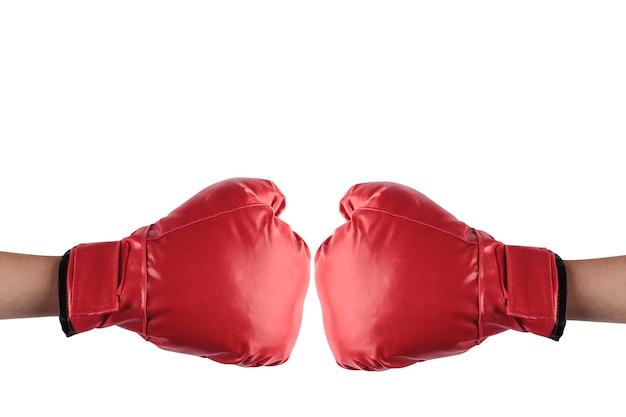 Twee mensen botsen hun rode bokshandschoenen op een witte achtergrond