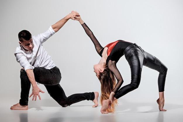 Twee mensen dansen in hedendaagse stijl